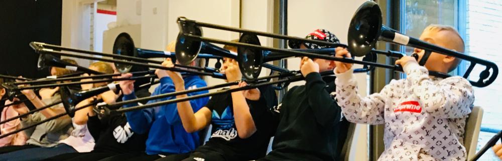 Elever spiller basun