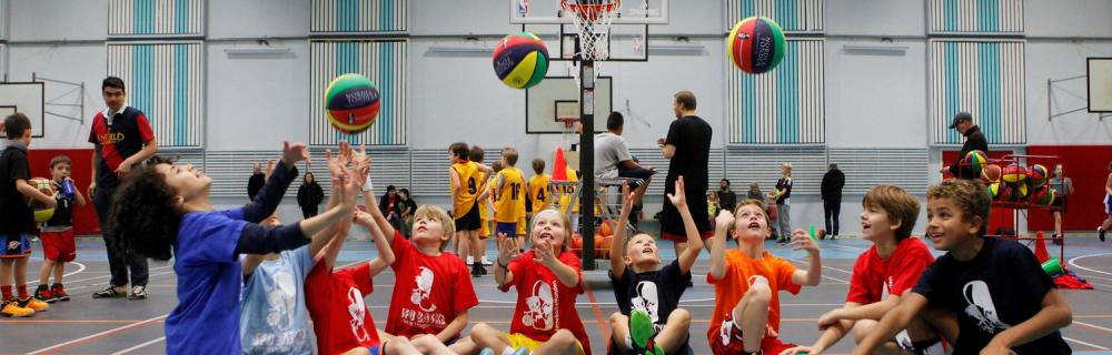 Børn laver basket øvelse