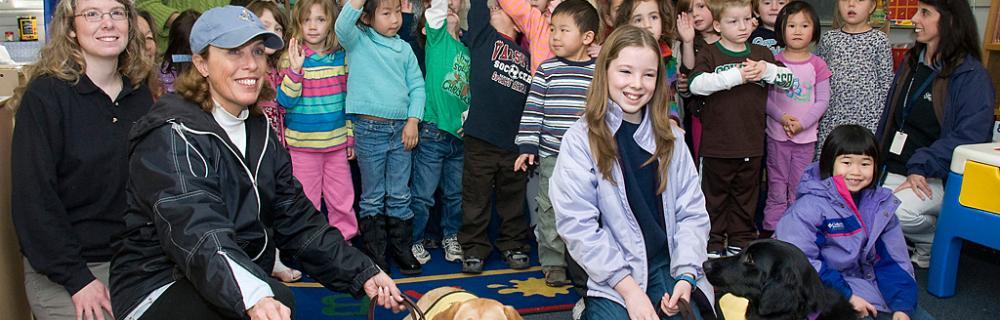 Elever, lærer og to hunde