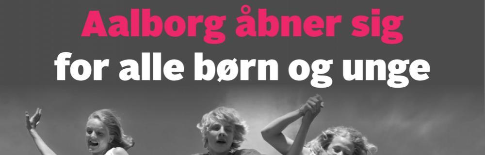 Aaben Aalborg åbner sig for alle børn og unge. Billeder viser børn der hopper med hinanden i hånden.