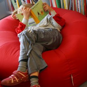 Barn med bog i sækkestol