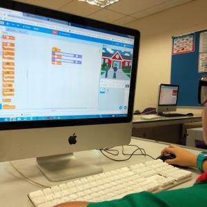 Barn arbejder ved computer