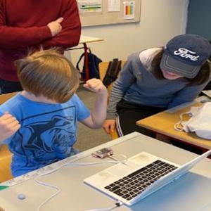 Dreng jubler over micro:Bit