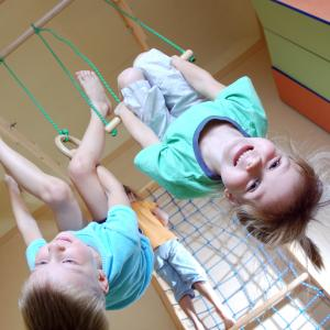 To børn hænger på hovedet