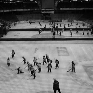 Børn spiller ishockey