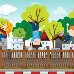 Parkour, illustreret ved pige der kravler på væg, dreng står på hænder og anden dreng svinger sig over plankeværk