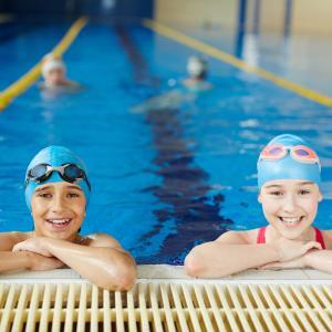 To elever ved kant på bassin